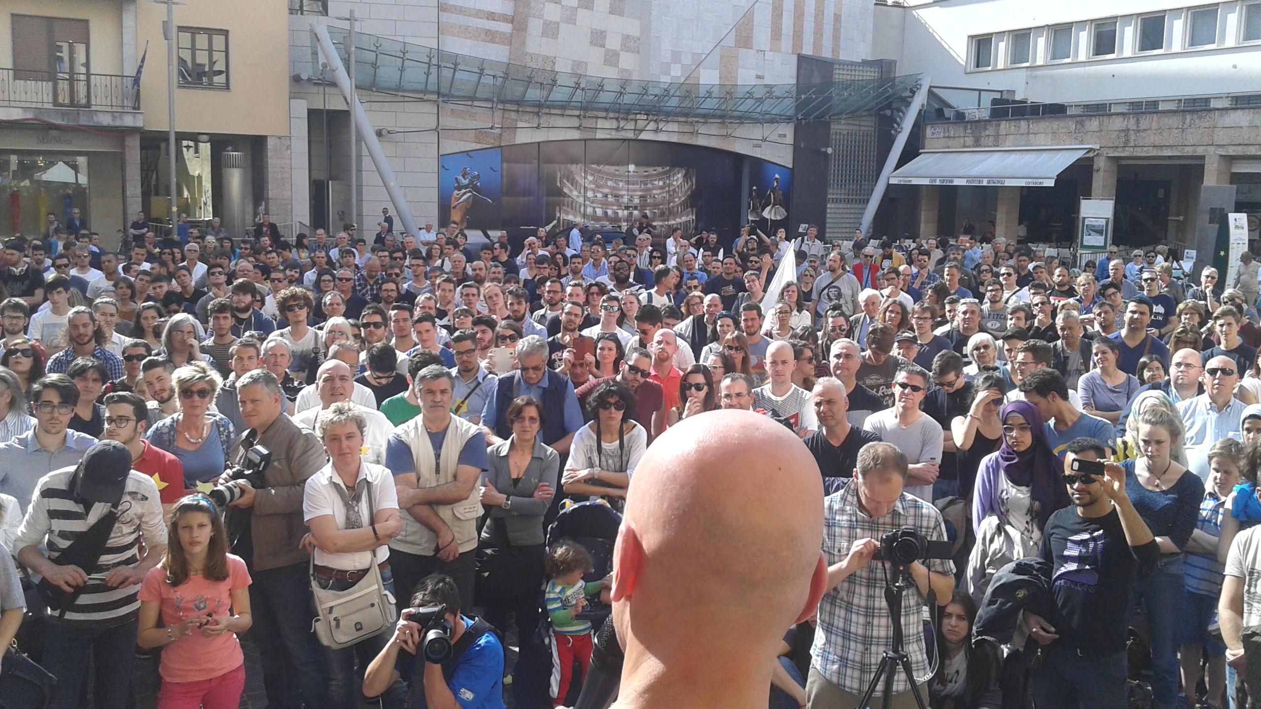 You are currently viewing Il MoVimento 5 Stelle strabordante in piazza Cesare Battisti